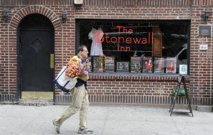 Obama-Stonewall-Inn-monumento-EEUU_EDIIMA20160624_0808_19